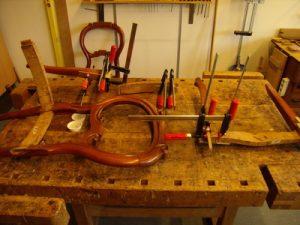 Losse stoel onderdelen op de werkbank De rugleuning en de poten worden hersteld.