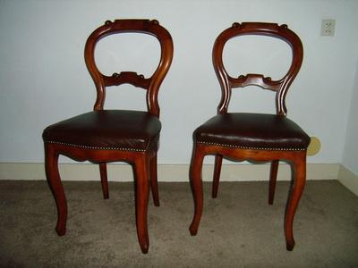 Twee stoelen die zijn gerestaureerd en voorzien van nieuwe zitting.