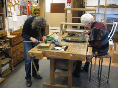 Twee cursisten in het atelier aan het werk