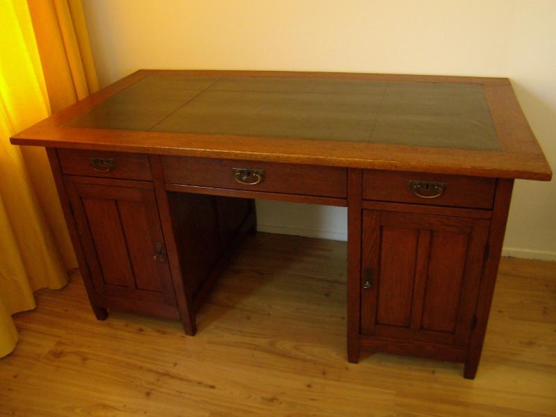 Het bureau is klaar met nieuw leer en het hout is mooi gerestaureerd